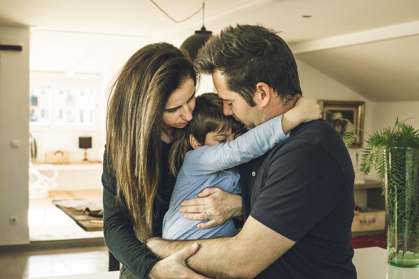 A la hora de comunicar a los hijos la decisión de divorciarse, es importante transmitir que la familia no se rompe, sólo se distribuye de un modo diferente