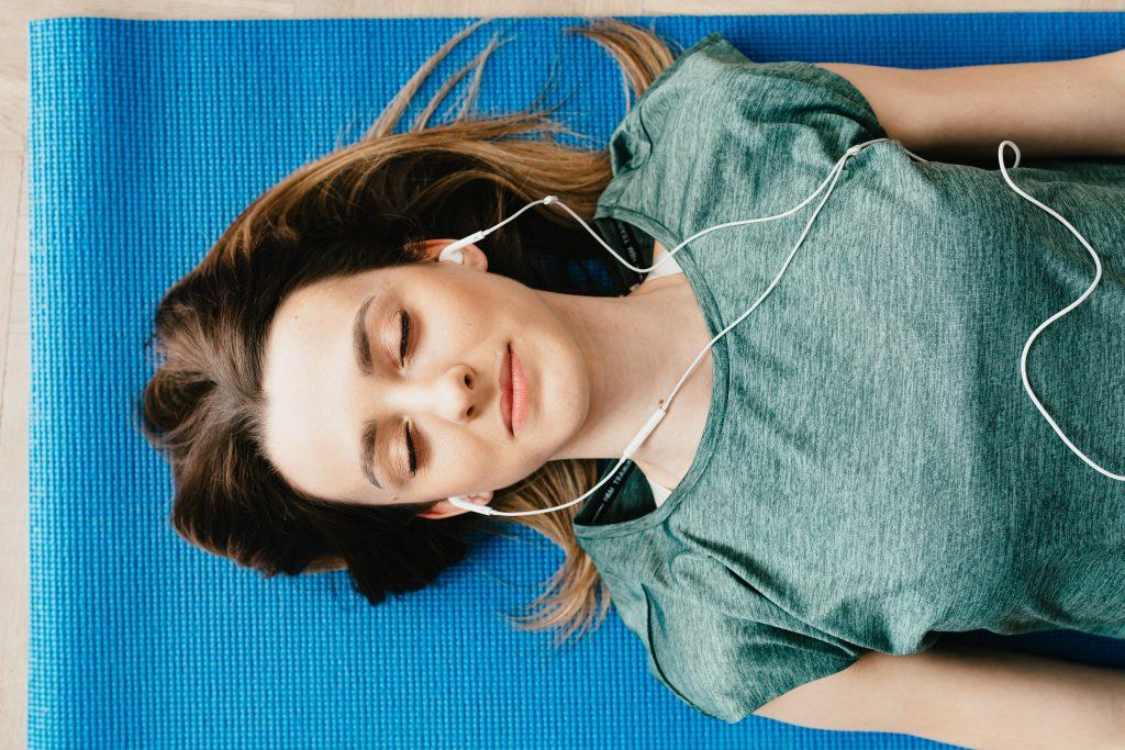 Mujer sintiendo amor por la música