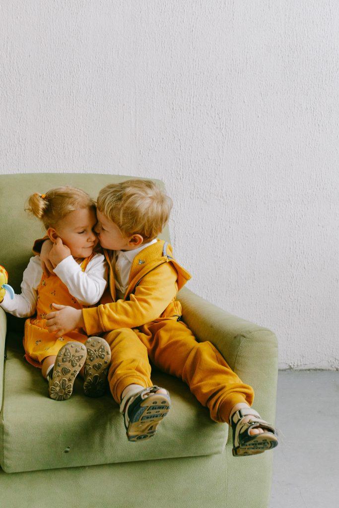 Aprender a pedir disculpas por haber mordido a su hermana es un gran valor que tenemos que enseñar a nuestros hijos.